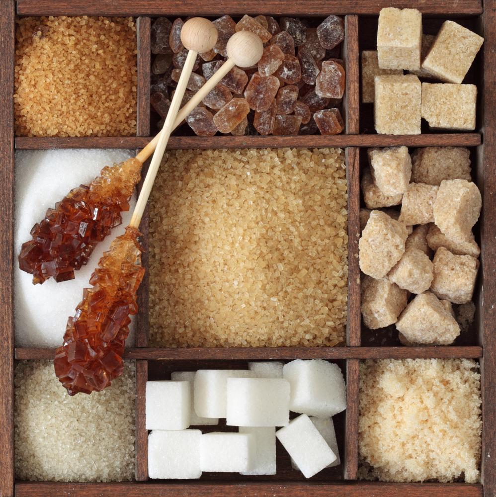 Různé druhy cukrů v dřevěné krabici
