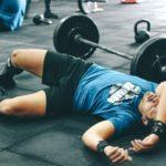 Muž leží na zemi po náročeném tréninku