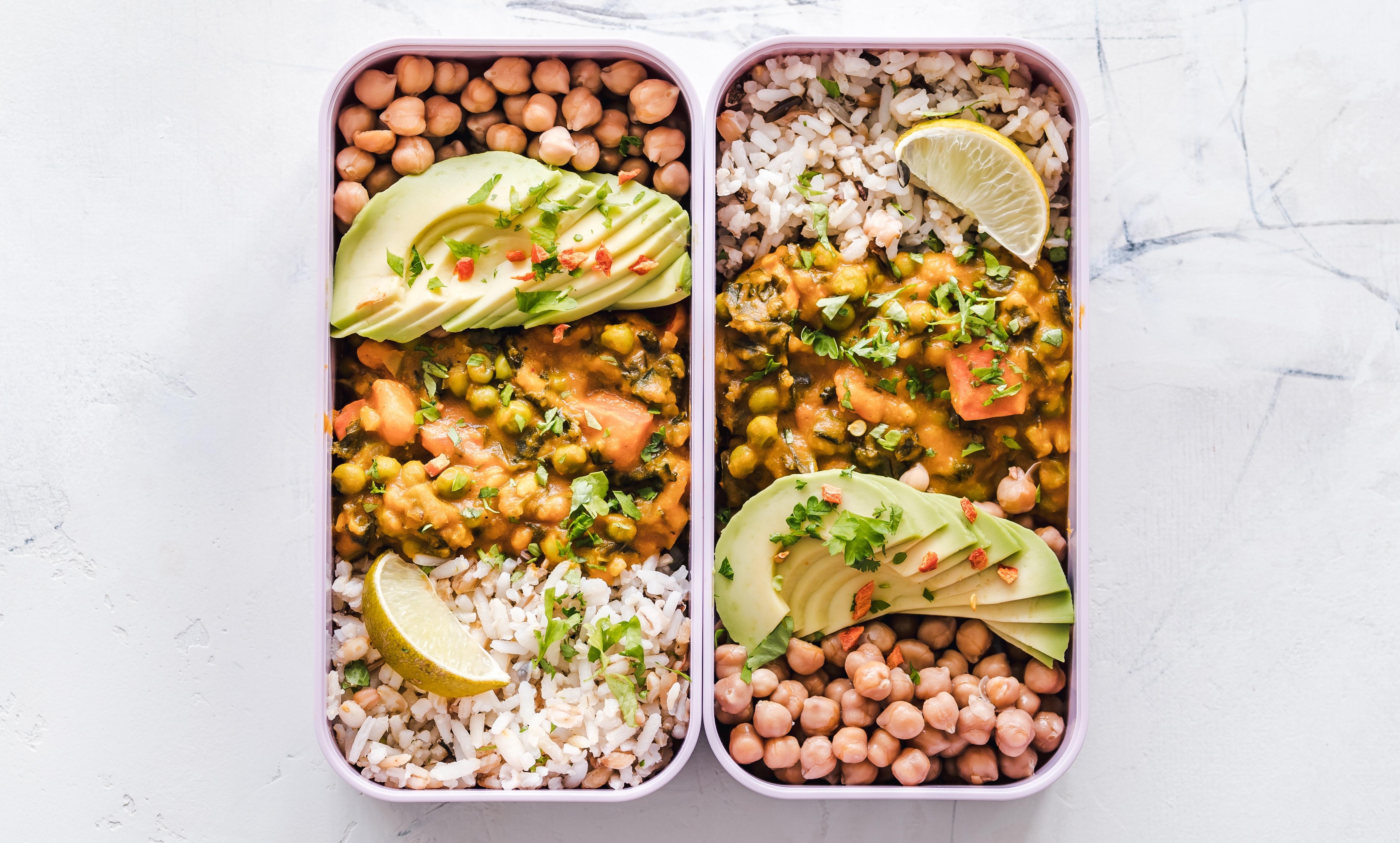 Oběd s sebou: Avokádo a vařené fazole. Zdravá strava.