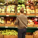 Žena vybírá zdravou stravu v supermarketu